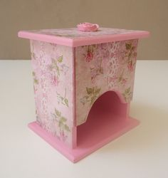 """** É para presente? Temos uma embalagem super charmosa para embalar. Confira no álbum """"EMBALAGEM PARA PRESENTE ** <br> <br>Para seu banheiro ou lavabo ficarem mais charmosos e femininos! <br> <br>Porta absorventes em mdf com tampa solta. <br>Cor rosa com decoupage tema rosas. <br>Com aplique de rosa em resina pintada na tampa. <br>Envernizado. <br> <br>Medidas: 10cm de largura x 13,5cm de altura x 13cm de comprimento"""