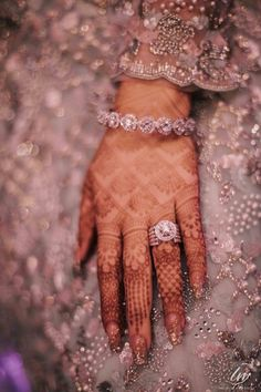 Flaunt Your Engagement Ring w Henna. Bridal Bangles, Bridal Rings, Wedding Jewelry, Indian Engagement Ring, Solitaire Engagement, Indian Wedding Rings, Engagement Jewellery, Indian Bridal, Solitaire Rings