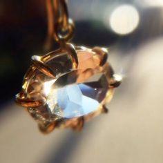 Catching the light - Rosanne Pugliese's small, oval, white topaz earrings. #18k #whitetopaz #rosannepugliese #topaz #jewelry #earrings #jewellery #finejewelry #gold #futureheirlooms #augustla