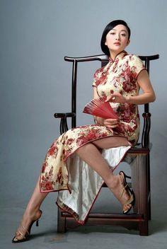 Lovely legs in a Cheongsam dress Oriental Dress, Oriental Fashion, Asian Fashion, Chinese Fashion, Hanfu, Asian Style, Chinese Style, Asian Woman, Asian Girl