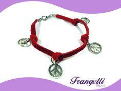 FRETE GRÁTIS - Pulseira feita com fio de camurça e pingentes com símbolo paz e amor. Vermelha. Pronta entrega. R$24,00