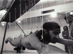 A Galeria Jaqueline Martins recebe exposição fotográfica que apresenta recortes inéditos de performances e ações de grandes artistas realizadas entre 1950 e 1980. Entrada Catraca Livre.