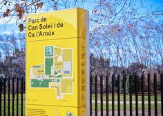 O estúdio do designer Salva Fàbregas, em colaboração com Óscar Pérez e o escritório Clase bcn, ambos de Barcelona, desenvolveram um sistema de sinalização para os parques públicos da região metropolitana de Barcelona. O projeto teve como objetivo criar uma identidade visual marcante para o conjunto de elementos de sinalização. Para isso, o uso do amarelo que constrata bastante com o cenário de um parque, e um sistema de pictogramas baseados na família tipográfica FF Netto.