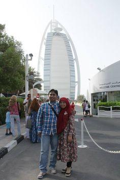Qual Exe Dir Dian Endryana berpose bersama suami didepan Burj Al Arab #dBCNinDubai #OriflameGC2013