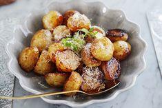 Hej! Måste tipsa om ett fantastiskt gott och enkelt tillbehör till grillat m.m.! Färskpotatis som rostas i ugnen tillsammans med honung, balsamvinäger, olivolja och salt. Magiskt! Använd helst små potatisar, jag hade inte det igår så delade mina på h