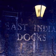 Sherlock Online, Neon Signs