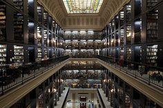 Interior da Biblioteca Nacional, no centro do Rio de Janeiro; construção foi iniciada com a vinda da família real portuguesa ao Brasil