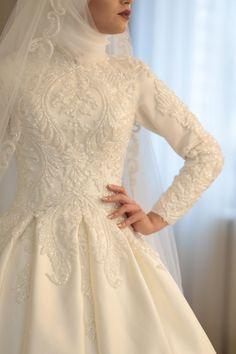 Dilamed Fashion the Gelinsac the # point # dress # tesettür # turban # hijab # hijabstyl to # … Muslim Wedding Gown, Hijabi Wedding, Wedding Hijab Styles, Muslimah Wedding Dress, Muslim Wedding Dresses, Muslim Brides, Bridal Wedding Dresses, Bridal Outfits, Muslim Girls