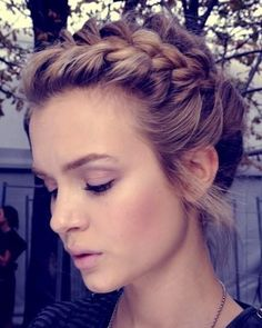 a braid around your head, for a wedding or a party, here you go with the tutorial. #hairinspiration, blonde, brown, braids