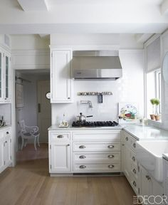 When, after a dozen years, a fashionable couple trade their apartment for a penthouse upstairs, they turn to Daniel Romualdez for a new vision of urban serenity. Manhattan Penthouse, Apartment Chic, Kitchen Cabinetry, Cabinets, Cool House Designs, Elle Decor, House Rooms, Interior Design Kitchen, Decoration