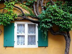 Németországban létezik egy kis lakótelep, a Fuggerei, ahol közel 500 éve változatlan a lakbér. Csupán ennyit tudtam erről a helyről, amikor egy augsburgi városnézés közben itt jártam.