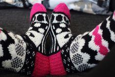 Melkein kuin uusi: Marimekko-villasukat (+ neulekaavio) Marimekko, Wool Socks, Knit Crochet, Gloves, Knitting, Winter, Handmade, Fashion, Woolen Socks