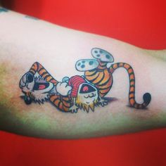 Always dig Calvin and Hobbes tattoos. By LucasTattoo, São Pa... Tattoo Foto, I Tattoo, Tattoo Time, Tattoos Skull, Body Art Tattoos, Tatoos, Great Tattoos, New Tattoos, Fandom Tattoos