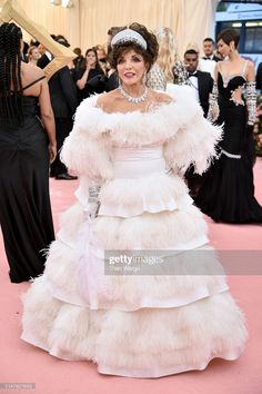 Joan Collins attends The 2019 Met Gala Celebrating Camp: Notes on Fashion at Metropolitan Museum of Art on May 2019 in New York City. Stunning Dresses, Nice Dresses, Meat Dress, Valentino Gowns, Met Gala Red Carpet, White Ball Gowns, Red Carpet Looks, Pink Carpet, Joan Collins