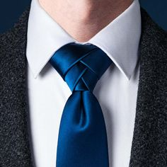 The Eldredge Knot: The Eldridge is a unorthodox, complex & eye-catching necktie knot that involves 15 separate steps. It was invented by Jeffrey Eldredge in 2007 and achieved internet fame in Types Of Tie Knots, Different Types Of Ties, Tie Knot Styles, Trinity Knot Tie, Eldredge Knot, Tie A Necktie, Necktie Knots, Windsor Knot, Moda Masculina