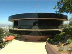 Perched atop the San Diego hills, this home was designed to spin all the way around -- offering every room breathtaking views of the sweeping vistas. Circular Buildings, Circle House, Wow Video, San Francisco Houses, Unusual Homes, Round House, Cool House Designs, Dream Rooms, Nice View