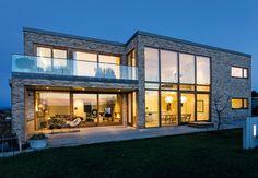 Moderne hjem med store vinduespartier