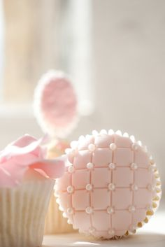 OK I'm totally in love with cupcakes. Here's another - Pink Pearl Cupcakes Cupcakes Rosa, Pretty Cupcakes, Beautiful Cupcakes, Pink Cupcakes, Yummy Cupcakes, Wedding Cupcakes, Elegant Cupcakes, Decorated Cupcakes, Dessert Wedding