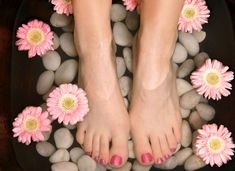 To improve blood circulation and to nourish the skin of your leg and foot, a pedicure is a must. How often do you get a pedicure done? Manicure Y Pedicure Spa, How To Do Pedicure, Pedicure At Home, Pedicure Designs, Mani Pedi, Nail Manicure, Nail Polish, Foot Pedicure, Pedicure Ideas