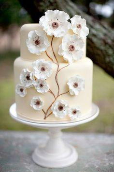 El pastel en si es sencillísimo. Las que parecen salidas de una pintura son las flores que lo adornan. Tendencias 2012: Pasteles de boda extraordinarios. Imagen: Style Me Pretty