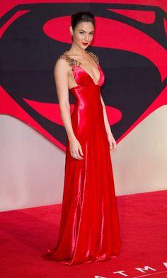 Gal Gadot a fait sensation avec une robe associée à la couleur du tapis : rouge !
