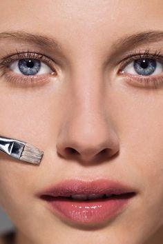 Maquillaje para pieles hiperpigmentadas: Un tono violáceo contrarrestará una mancha amarillenta, mientras que un tono verdoso neutralizará las manchas rojas o marrones. Trabaja con maquillaje corrector de color para ocultar efectivamente la hiperpigmentación.