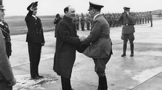 1942, Finlande, Le Président finlandais Risto Ryti accueille Adolf Hitler à l'aéroport