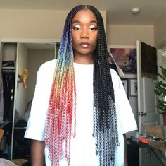 All styles of box braids to sublimate her hair afro On long box braids, everything is allowed! For fans of all kinds of buns, Afro braids in XXL bun bun work as well as the low glamorous bun Zoe Kravitz. Black Box Braids, Box Braids Hairstyles For Black Women, Blonde Box Braids, African Braids Hairstyles, Braids For Black Women, Black Girl Braids, Girl Hairstyles, Colored Box Braids, School Hairstyles