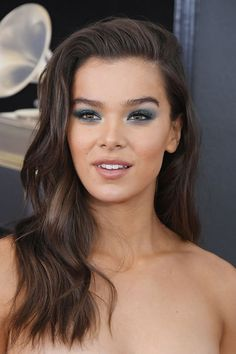 GRAMMYs 2018 Beauty: Hair & Makeup Direct From The Red Carpet | Glamour UK / Hailee Steinfeld