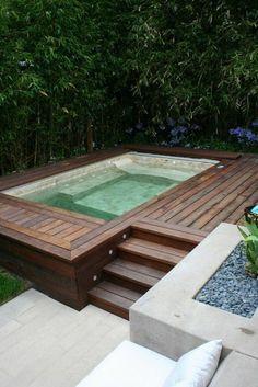 petite piscine hors sol et décoration avec des pierres