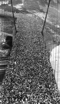 1985年、ゴールデンゲートブリッジ開通50周年記念行事の様子。この日、30万人が橋を渡り、その影響で橋が1.5メートルほど曲がった