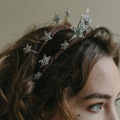 A star wedding tiara that alights with shimmer and shine as brilliant rhinestone-studded stars burst into life atop a velvet-wrapped double hair band. Bridal Crown, Bridal Tiara, Lob Hairstyle, Pretty Hairstyles, Pelo Vintage, Front Hair Styles, Star Wedding, Love Hair, Hair Inspiration