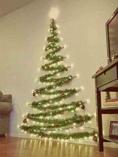 елка из гирлянды на стену
