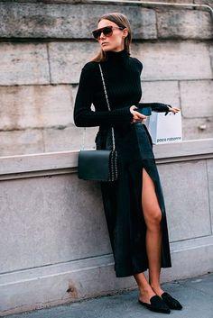 Look combinando saia midi com fenda, turtleneck e mule.