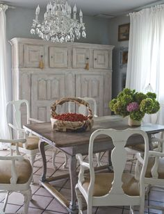 24 Interior Designs with Queen Anne Chair Swedish Decor, French Decor, French Country Decorating, Swedish Style, Swedish Design, Estilo Shabby Chic, Vintage Shabby Chic, Shabby Chic Decor, Fresco