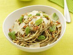Pasta mit grünem Pesto ist ein Rezept mit frischen Zutaten aus der Kategorie Kräuter. Probieren Sie dieses und weitere Rezepte von EAT SMARTER!
