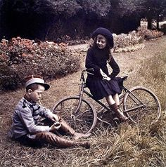 Roger and Juliette with bicycle On 30 May 1904, Auguste and Louis Lumière made a statement to the Paris Academy of Sciences, describes the process lattice trichrome, which three years later became the Autochrome, the first industrial process color reproduction.