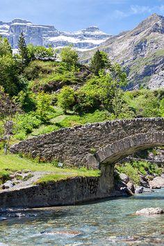Traversée du gave de #Gavarnie par le pont de Nadau...  #Pyrénées #France #voyage #travel #water #bestplaces #travelphotography #mountains #bridge