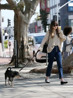 Great partner ever! Love them so much ❤️❤️❤️ How can she be so flawless! Dakota Johnson was seen shopping on Melrose Place in Los Angeles, California (Mar. Dakota Johnson Hair, Dakota Johnson Style, Dakota Mayi Johnson, Ana Steele, Melrose Place, American Music Awards, Her Style, Street Style, Chic