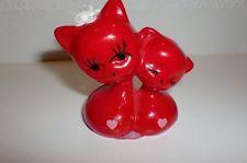 2 rote Katzen aus den 70er Jahren - Katzenpaar mit Herzchen und Satinblume