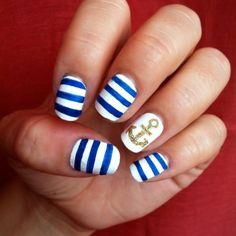 maritimes Sommer-Nagel Design-weiß mit blauen Querstreifen und Anker-Motiv