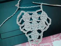 Patrón de blusa tejida al crochet con varios ovillos al mismo tiempo.