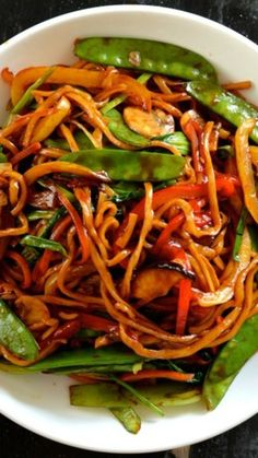 This vegetable lo mein is a really simple, versatile and healthy noodle dish. Vegetable lo mein can be a staple vegetarian meal or a meatless Monday dinner! Tasty Vegetarian Recipes, Spinach Recipes, Veggie Recipes, Asian Recipes, Soup Recipes, Dinner Recipes, Cooking Recipes, Healthy Recipes, Healthy Lo Mein Recipe