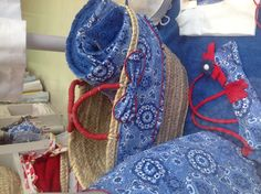Toalla y cesta azul