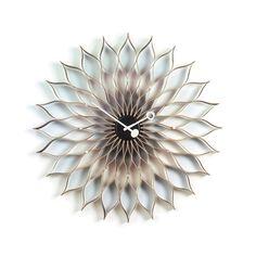Sunflower Clock väggklocka i björk. 1,5 V batteri ingår. George Nelsons välkända väggklockor är allt annat än tråkiga och traditionella. Som ett gemensamt tema ligger en lekfullhet i både form och material och känslan av att det handlar om skulpturer nästan lika mycket som om klockor.