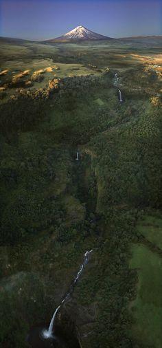 Cotopaxi y una cascada