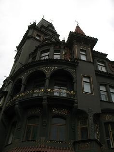 goth gothic house victorian home BLACK and beautiful! Can I please live here!