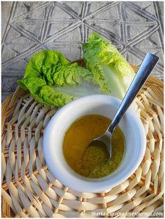 Заправка для салата.//мелко порезанный или раздавленный зубчик чеснока, тёртый пармезан, оливковое масло, соль и чёрный перец. Салат с такой заправкой прекрасно подойдет в качестве гарнира к красному мясу, например, к говяжьему стейку.Она идеально подойдет к салату sucrine (на фото именно он, не знаю, как называется по-русски, Lactuca Sativa) или к салату фризе/фриссе.