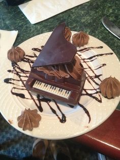 Baby Grand Piano filled with Chocolate Mousse [OC] x Cute Food, Good Food, Food Plating Techniques, Piano Cakes, Dessert Presentation, Food Goals, Chocolate Desserts, Chocolate Art, White Chocolate