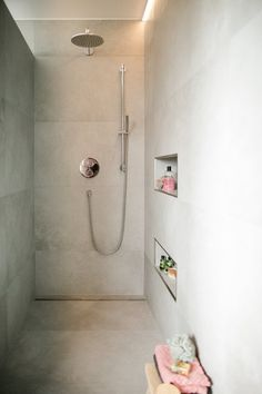 Bodengleiche & Begehbare Duschen - Ideen & Tipps Each and every part connected with home Modern Farmhouse Bathroom, Farmhouse Decor, Walk In Shower, Shower Time, How To Level Ground, Home Accessories, Ikea, Interior Decorating, Sweet Home